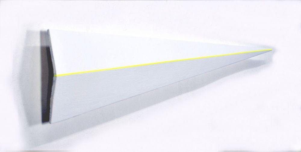Weißes Dreieck mit gelber linie-christian eder-holzobjekt