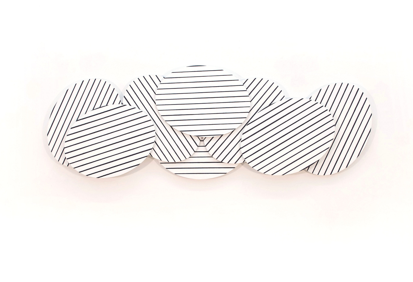 Wandobjekt, welches aus einzelnen übereinander geschichteten Ovalformen besteht