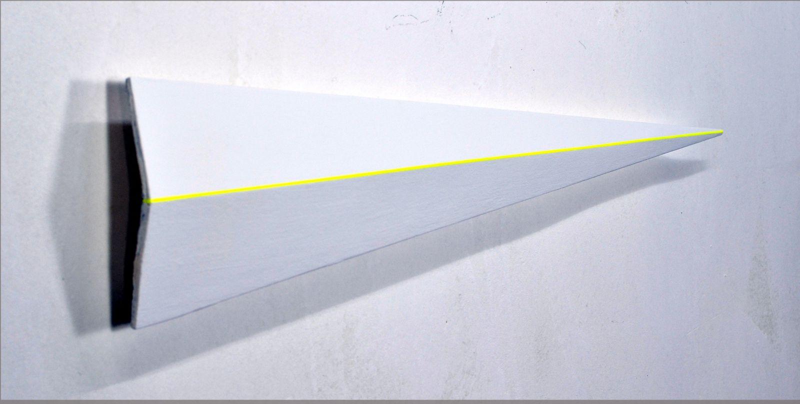 Dreieck mit gelber Linie -zweitausendzwanzig